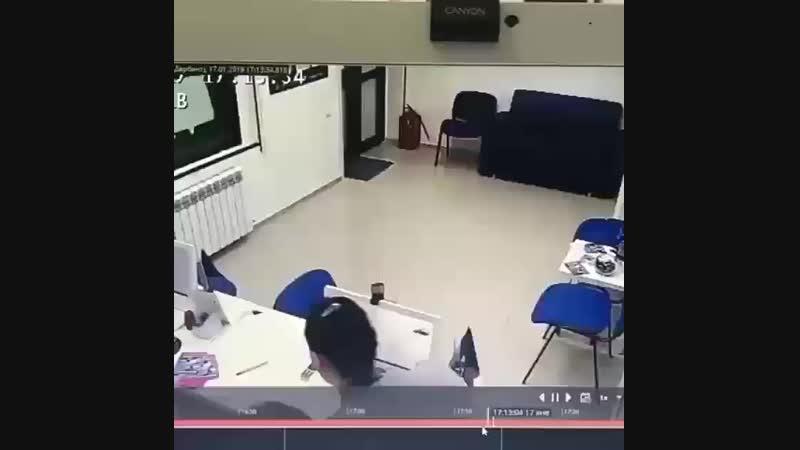 Вчера в 17:15 мин. в г. Дербенте по ул. Гагарина д. 19 в офисе организации по выдаче микрозаймов неустановленное лицо совершило