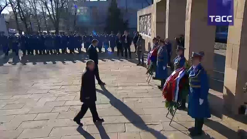 Путин возлагает венок к монументу освободителям Белграда