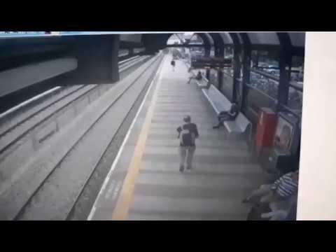 В Израле мужик прыгнул по поезд
