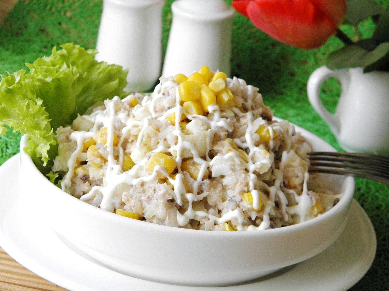 Салат с консервированной рыбой рецепт