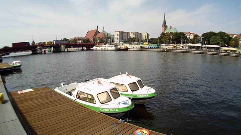 Прогулочные катера у пристани на набережной реки Одер в Щецине (Польша). 8 августа 2018 года.
