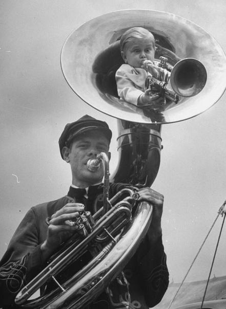 Игра на трубе внутри другой трубы.