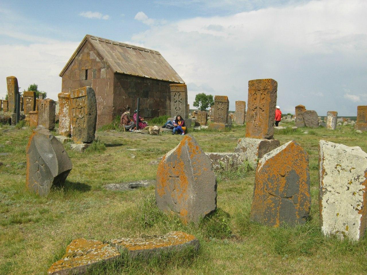 Хачкары на кладбище Норатус