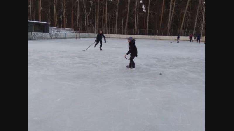 Хоккейный корт открыли на городском стадионе