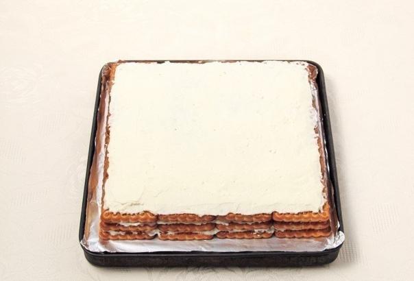 торт без выпечки из печенья нам понадобится:- печенье 500 г;- творог 500 г;- кефир 150 мл;- изюм 70 г;- молоко 200 мл;- сахар 100 г;- масло сливочное 50 г;- шоколад для украшения 40