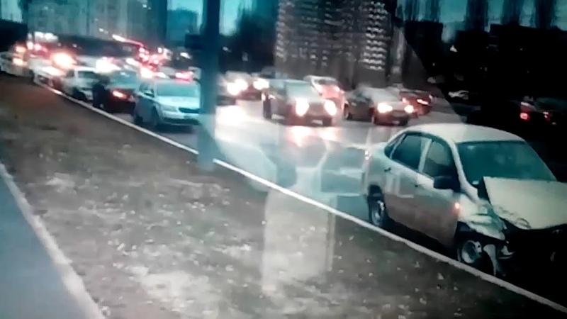ДТП произошло на Мичуринской улице в Москве.Есть пострадавшие