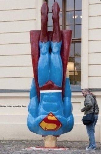 """Странный памятник Супермену под названием """"У супермена плохой день"""" Прага, Чехия"""