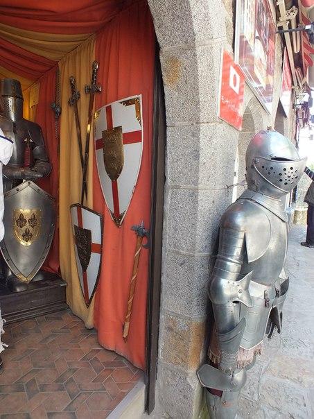 рыцари у входа в музей