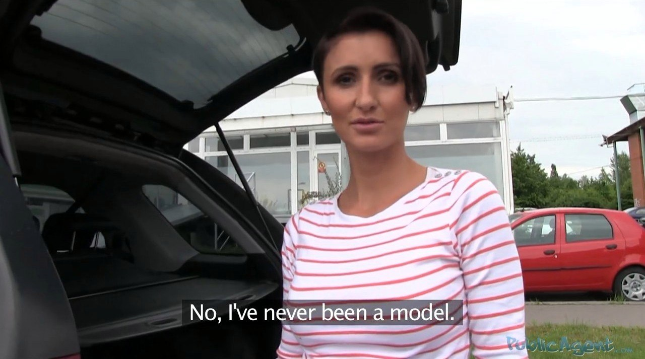 PublicAgent Gabrielle E311 Красивая женщина отсасывает около машины