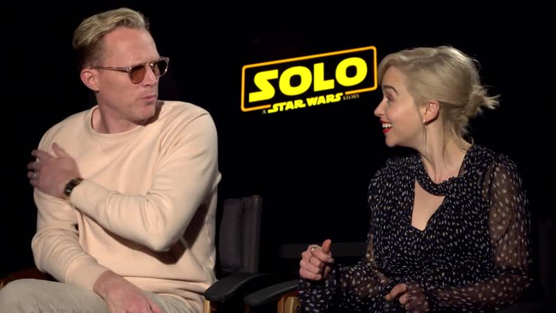 Эмилия дает интервью «SR Trailers and Interviews» в рамках промоушена фильма «Хан Соло: Звездные войны. Истории»