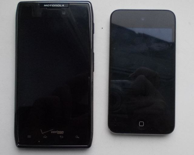 Motorola Razr Droid Maxx поруч з Apple iPod Touch 4G