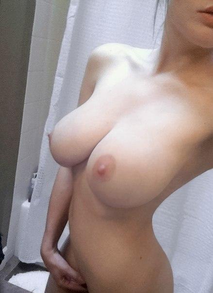 похвастала посредственными грудями