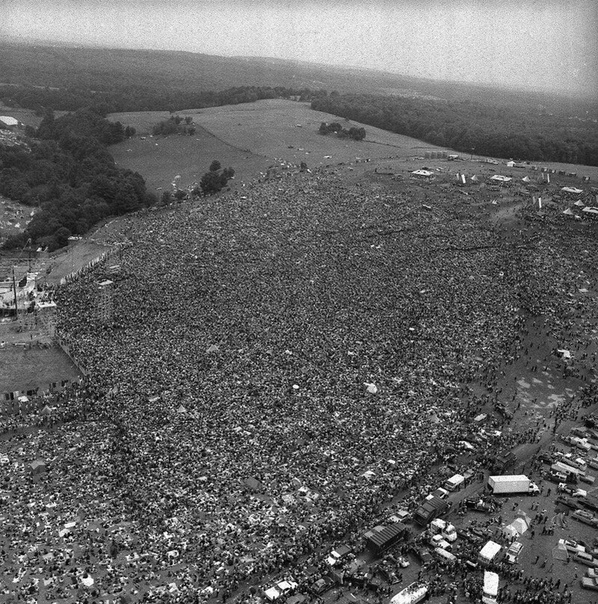 Фото с рок-фестиваля Вудсток в Нью-Йорке.