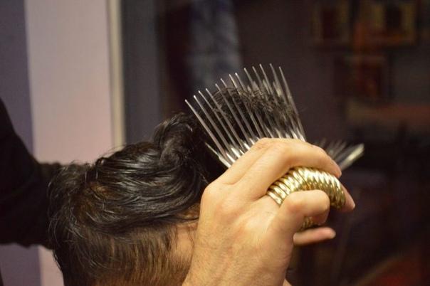 Парикмахер стрижет клиентов 27 парами ножниц одновременно В парикмахерской города Гуджранвала, Пакистан, работает реальный Эдвард Руки-ножницы: 26-летний хозяин заведения, Мухаммад Аваи, стрижет