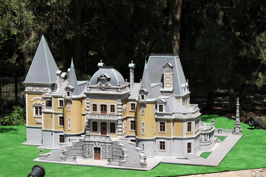 Миниатюрные дворцы, музеи, памятники Крыма и мира в парке миниатюр в Евпатории