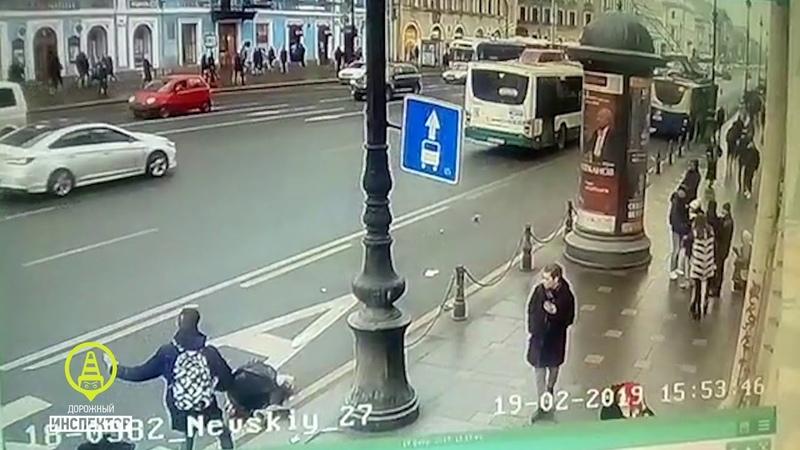 ДТП. СПб. Невский проспект 27. 19 февраля 2019. Троллейбус сбил пожилого пешехода.