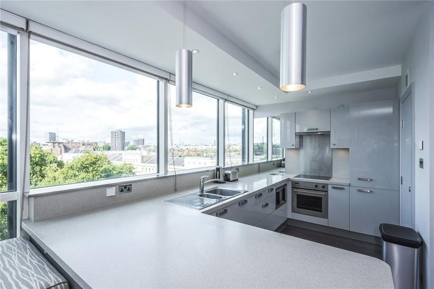Интерьер квартиры-студии 50 м с панорамным окном во всю стену в Лондоне.