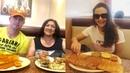 Прити Зинта с мужем Джином Гуденафом и матерью Нилпрабхой Зинтой наслаждается обедом.