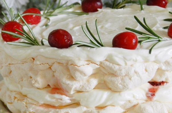 Торт-безе с джемом и взбитыми сливками