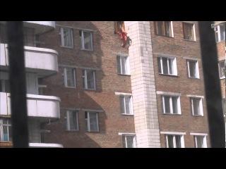 В Омске на ул. Химиков молодой человек спрыгнул с 6-го этажа
