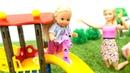 Barbie e Evi vão ao parque. Vídeos de brinquedos para as meninas.