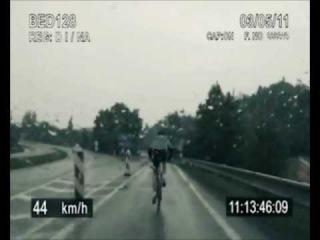 полицейская машина преследует велосипед на скорости 100 км/ч Police Pursuit: Police car chase bicycle on highway in more tha