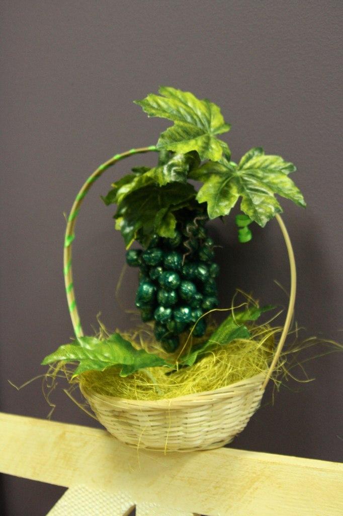 Виноград из конфет