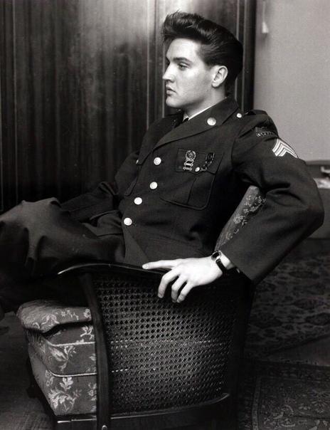 На фото непревзойденный Элвис Пресли во время службы в армии.