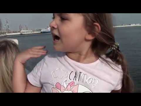 АНЖЕЛИНКА И СОФИЯ КОРМЯТ РЫБОК ANJELINKA AND SOFIA FEED FISHES