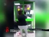 Молодая мать выломала дверь супермаркета...задержать (240p).mp4