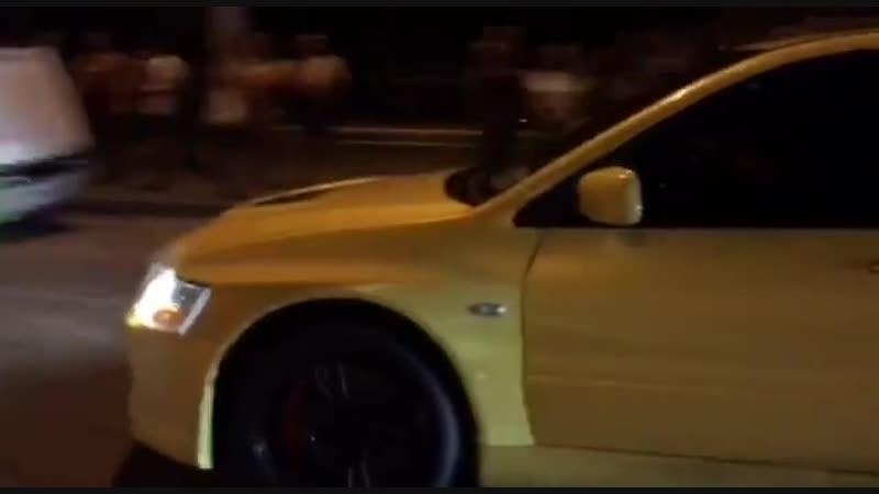 Очень красочный заезд, очень яркие машины 🔥🤙 Спасибо 😉 за предоставленное видео - @ _bevgus  Владельцы ( Tesla Model S и Mitsubi