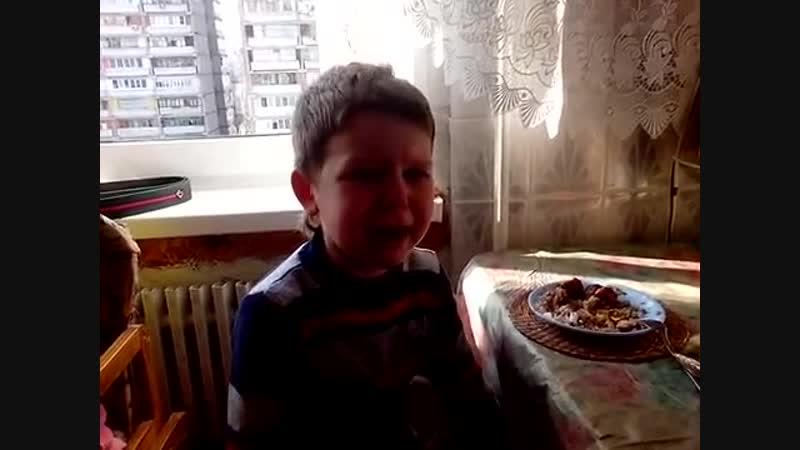 [v-s.mobi]Маленький мальчик до слёз хочет жениться на маме. (1).mp4