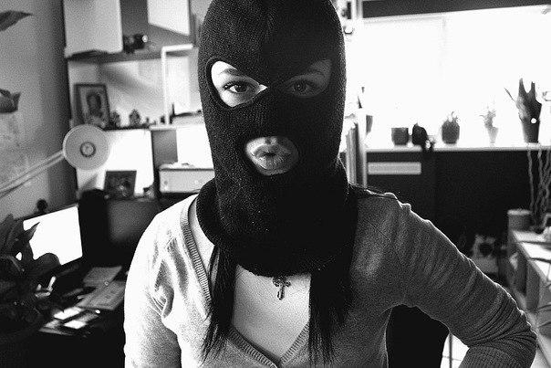 Парни в масках и брюнетка часто