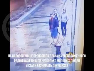 Парень разнимал чужую драку из за незнакомой девушки.  итог - нож в животе. москва