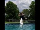 Muž do bazénu letěl i s můstkem