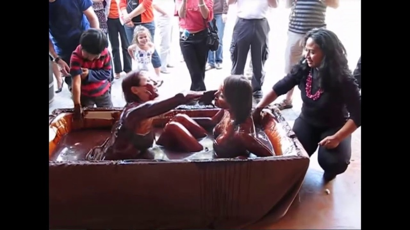 Wonderful bikini girls bathing in bath of chocolate arika kızlar çikolata banyosunda.