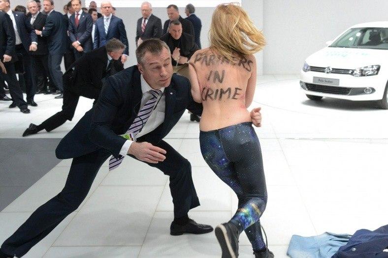 Путин на стенде VW и девушки Femen