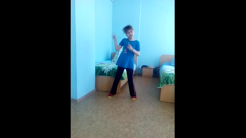 девушка круто танцует под рок