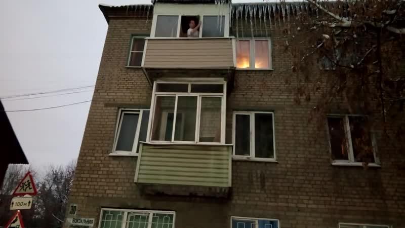 сознательный рязанец сбивает сосульки на своем доме