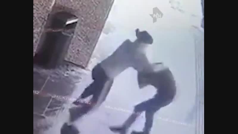 В Москве девушка жестко избила мужика-