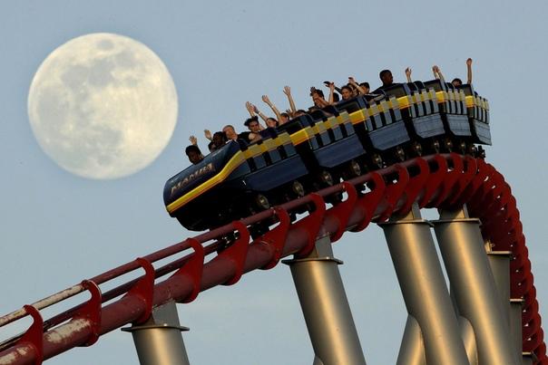 Полнолуние над парком Worlds of Fun в Канзас - Сити (США)