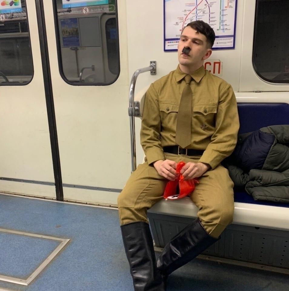 В метро всегда не скучно))