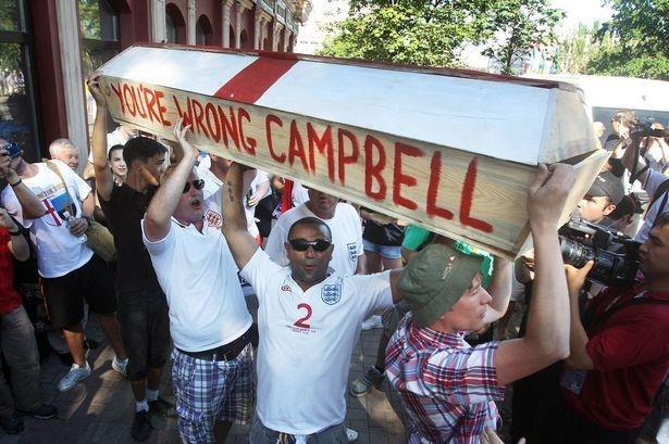 Английские фанаты, гроб, Сол Кэмпбелл, You're wrong Campbell