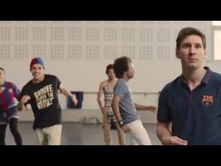 Турист Неймар и таможенник Пике. Футболисты Барселоны снялись в рекламе