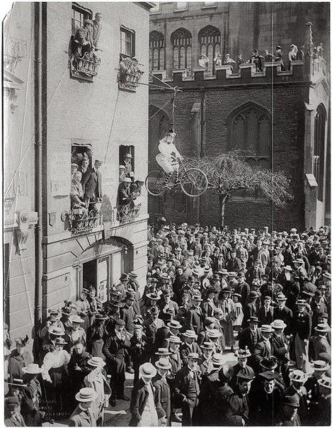 Фото с  митинга против приёма в университет женщин.