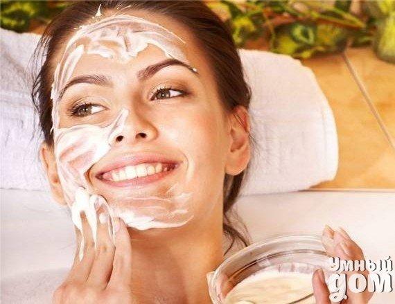 Увлажнение кожи лица можно сделать и в домашних условиях Главное не лениться и делать вот такие маски: 1.Маска. Смешиваем 1 ст.л меда, 2 яичных белка, 2 ст.л овсяных хлопьев и немного персикового масла. Наносим на лицо на 20 минут и смываем сначала теплой, потом холодной водой. Эта маска и увлажняет кожу и очищает. 2.Маска. Натрите на терке свежий кабачок и через марлю наложите на лицо на 15 минут. Затем все смойте прохладной водой. Кабачок тонизирует, увлажняет, омолаживает, стимулирует…