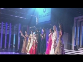 SRK Makes A Grand Entry With The Heroines On Yash Chopras 81st Birth Anniversary