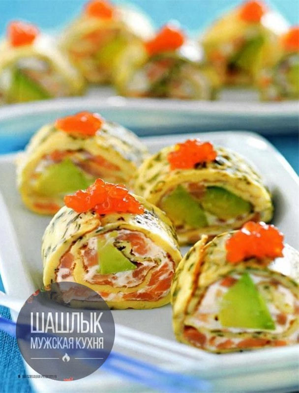 Рoллы из омлeта c авокадо и лососeм.