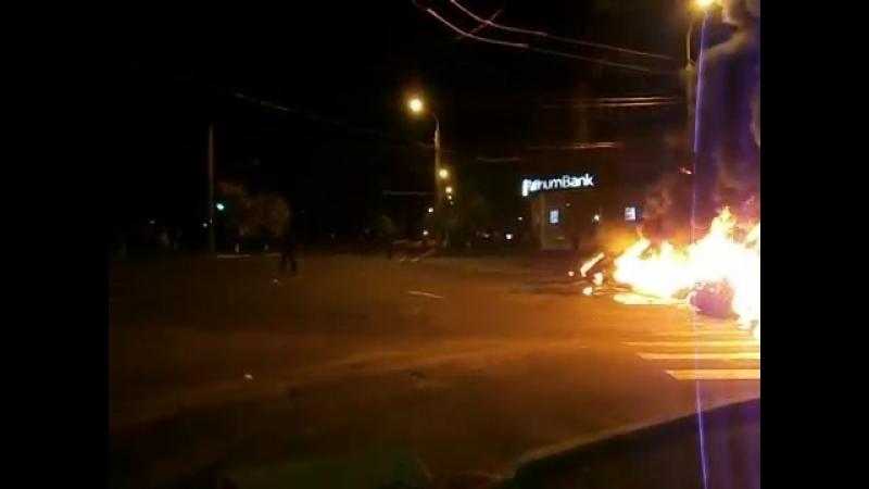 Мариуполь. 3 мая, 2014. Стрельба и баррикады возле Приватбанка (2).