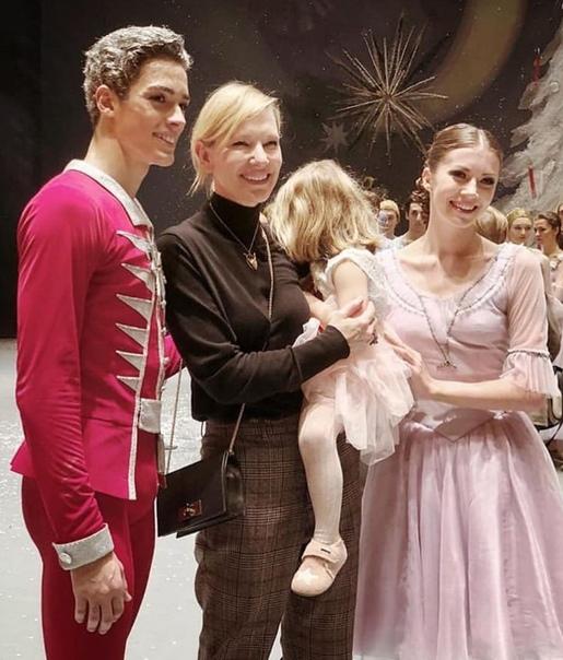 Кейт Бланшетт в Москве Актриса вместе с сыновьями и дочерью прилетела в Москву. Остановились они в отеле Ritz-Carlton, после отправились в «Кафе ПушкинЪ» и завершили вечер посещением балета